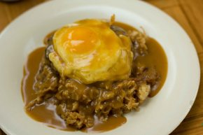 Drowning rainy days in Maui with loco moco andpie